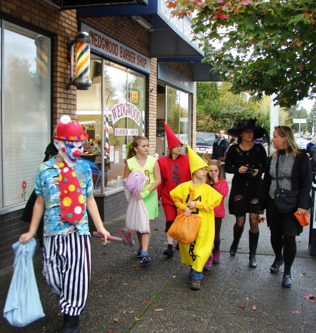 halloween-2014-colorful-costumes-at-ne-75th-street